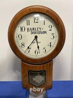 Horloge En Bois Harley Davidson Avec Pendule Bar & Shield, 1997 H-d, Inc